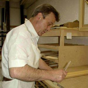 Der Inhaber Hubert Schweißhelm bei der Arbeit